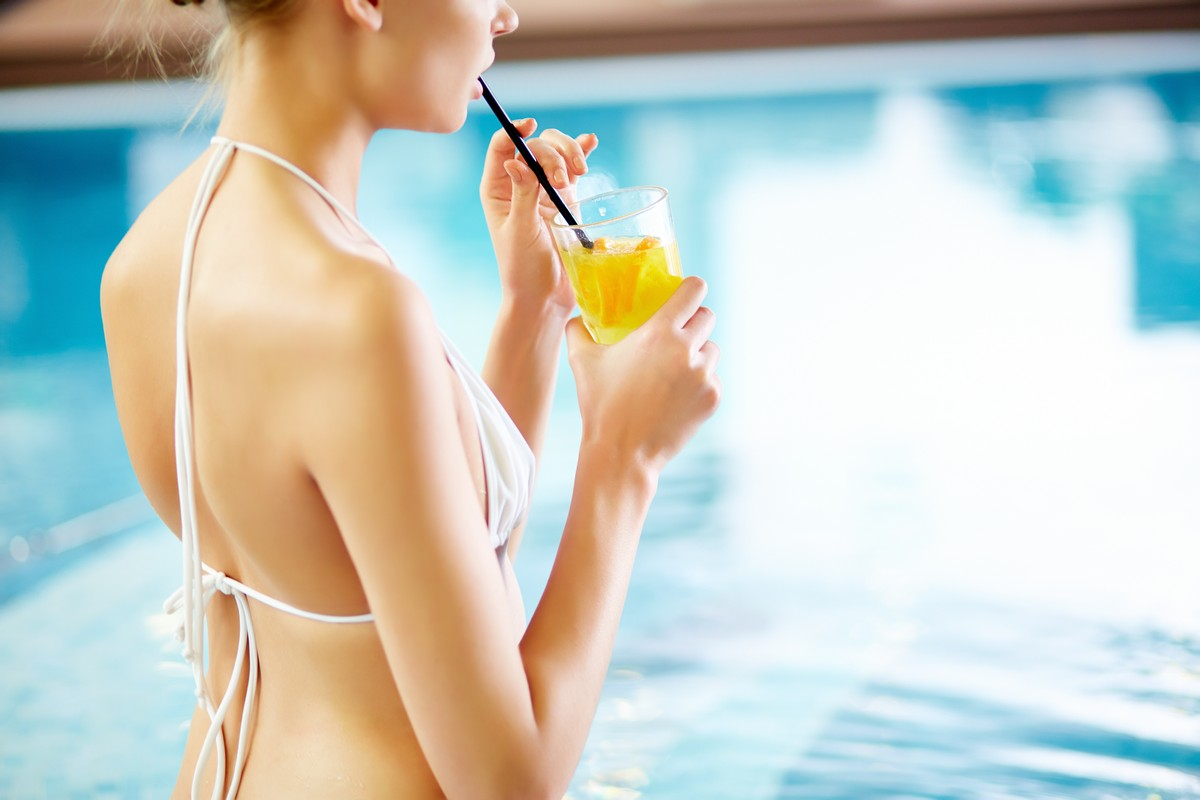 woman-drinking-iced-tea-at-the-pool